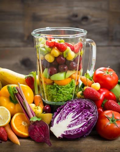 Licuadora silenciosa con frutas y verduras